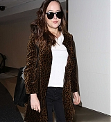 Dakota_Johnson_-_Arriving_at_LAX_on_April_27-23.jpg