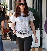 Dakota_Johnson_-_Enjoys_some_solo_shopping_in_Los_Angeles2C_California_on_March_27-02.jpg