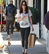 Dakota_Johnson_-_Enjoys_some_solo_shopping_in_Los_Angeles2C_California_on_March_27-06.jpg