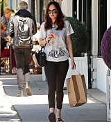 Dakota_Johnson_-_Enjoys_some_solo_shopping_in_Los_Angeles2C_California_on_March_27-08.jpg