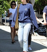 Dakota_Johnson_-_Goes_for_lunch_and_shopping_in_Los_Angeles_on_August_22-09.jpg