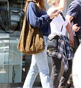 Dakota_Johnson_-_Goes_for_lunch_and_shopping_in_Los_Angeles_on_August_22-16.jpg