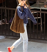 Dakota_Johnson_-_Goes_for_lunch_and_shopping_in_Los_Angeles_on_August_22-17.jpg