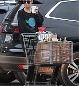 Dakota_Johnson_-_Grocery_shopping_in_Los_Angeles_yesterday_February_1-01.jpg