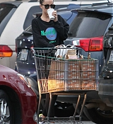 Dakota_Johnson_-_Grocery_shopping_in_Los_Angeles_yesterday_February_1-02.jpg