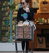 Dakota_Johnson_-_Grocery_shopping_in_Los_Angeles_yesterday_February_1-03.jpg
