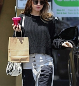 Dakota_Johnson_-_enjoys_some_pampering_before_a_trip_to_Earthbar_in_Los_Angeles2C_05222019-04.jpg