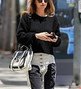 Dakota_Johnson_-_enjoys_some_pampering_before_a_trip_to_Earthbar_in_Los_Angeles2C_05222019-05.jpg