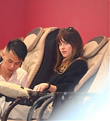 Dakota_Johnson_-_enjoys_some_pampering_before_a_trip_to_Earthbar_in_Los_Angeles2C_05222019-06.jpg