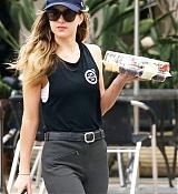 Dakota_Johnson_-_got_out_to_pick_up_some_cupcakes_in_Malibu2C_California_-_June_2300002.jpg