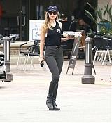 Dakota_Johnson_-_got_out_to_pick_up_some_cupcakes_in_Malibu2C_California_-_June_2300003.jpg