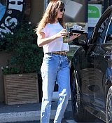 Dakota_Johnson_-_grabs_lunch_at_Earthbar_in_Los_Angeles_-_October_182C_2018-01.jpg