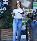 Dakota_Johnson_-_grabs_lunch_at_Earthbar_in_Los_Angeles_-_October_182C_2018-02.jpg