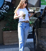Dakota_Johnson_-_grabs_lunch_at_Earthbar_in_Los_Angeles_-_October_182C_2018-03.jpg