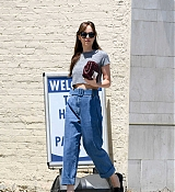 Dakota_Johnson_-_spotted_leaving_Thibiant_in_Beverly_Hills2C_California_-_July_112C_2018-03.jpg