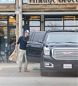 Dakota_Johnson___Chris_Martin_-_Try_to_hide_as_they_pick_up_groceries_together_in_Malibu2C_CA_-_May_2000008.jpg