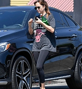 Dakota_Johnson_rocks_a_vintage_Chicago_Bulls_shirt_to_the_gym_in_Los_Angeles__09112018-03.jpg