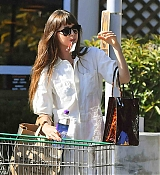 Leaves_a_grocery_store_in_Calabasas_-_September_131.jpg