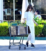 Leaves_a_grocery_store_in_Calabasas_-_September_132.jpg