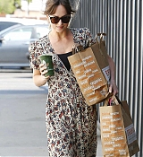 Leaving_a_Venice_Beach_grocery_store_in_Los_Angeles_-_June_1700005.jpg